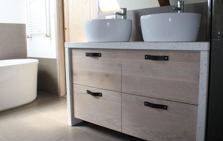 badkamer meubel met massief houten fronten whitewash en wit beton, Badkamer