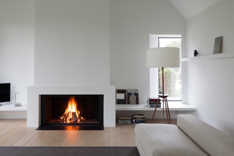 Een Sloophout Interieur : Hout gestookte haard is strak interieur foto geplaatst door