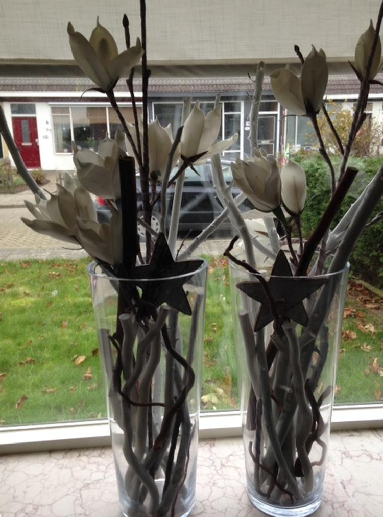 Zelf gemaakte leuke glazen vaas met kunstbloemen en takken. Foto ...