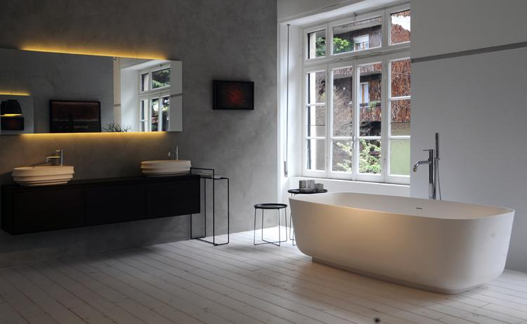 Ruime badkamer met mooi vrijstaand bad. Wow wat een mooie en lichte ...