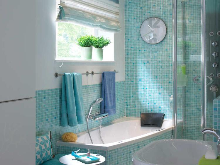 Vrolijke kleine badkamer met mozaïek tegeltjes. Ik had eigenlijk ...