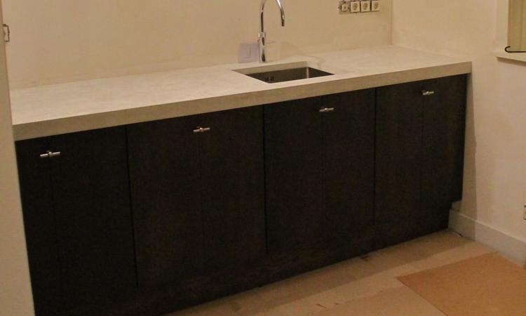 Eiken Ikea Inloopkast : Wit betonnen blad met echt massief eiken houten keukendeuren en ikea