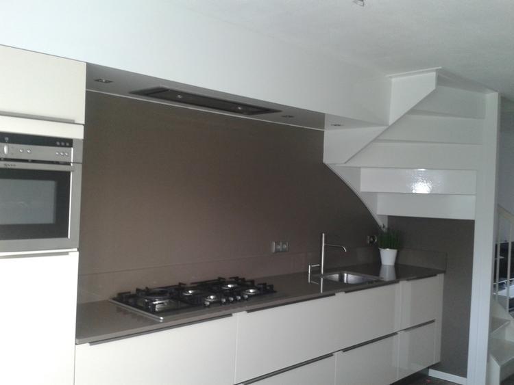 Keuken vergroot door opberghok onder de trap weg te halen nu ruim
