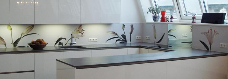 Keuken met achterwand met bloemen. deze keuken frist helemaal op ...