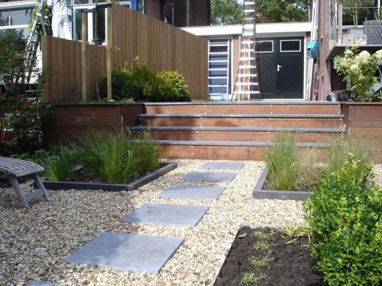 Houten trap met tegels terras foto geplaatst door
