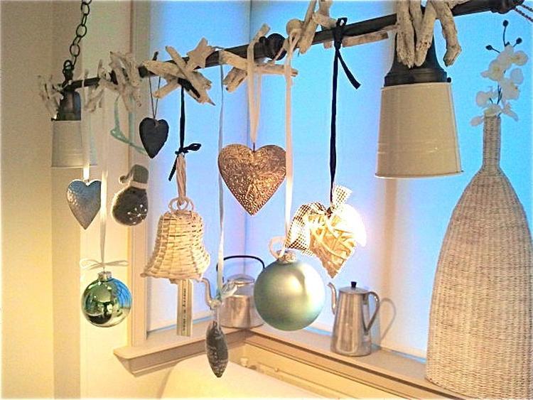 Zwart Wit Kerstdecoraties : Makkelijk en leuk: kerstversiering aan de lamp. foto geplaatst door