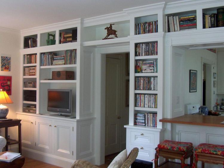 Op maat gemaakte klassieke boekenkast die om de deur heen loopt ...