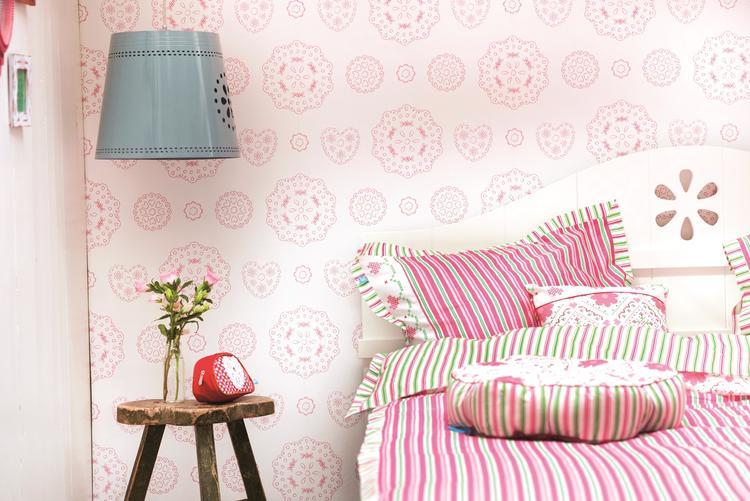 Behang Babykamer Romantisch : Lief! lace pink vliesbehang. romantische kant dessin uitgevoerd in
