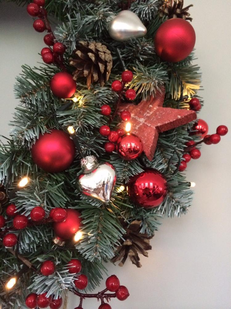 traditionele kerstkrans voor aan schouw deur of muur kant en klare krans dennenappels kleine kerstballetjes in allerlei kleuren en vormen