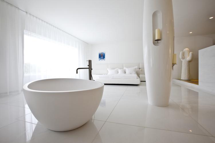 Wit bad in design slaapkamer. Op een bepaalde manier weet Marcel ...