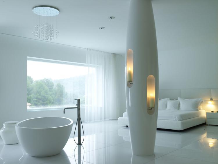 Prachtige slaapkamer met bad en douche. Wat een betoverende mooie ...
