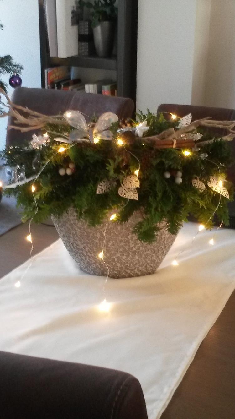 kerst stuk gemaakt van verschillende soorten conifeer, gestoken in