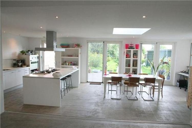 Gave keuken, beton op de vloer, lichtkoepel, kookeiland. Stoer ...