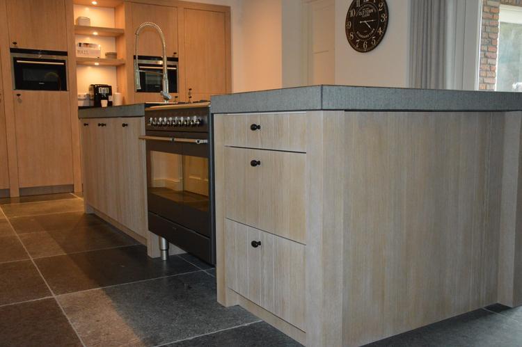 Keuken in landelijke stijl. kookeiland in greywash afgewerkt met ...