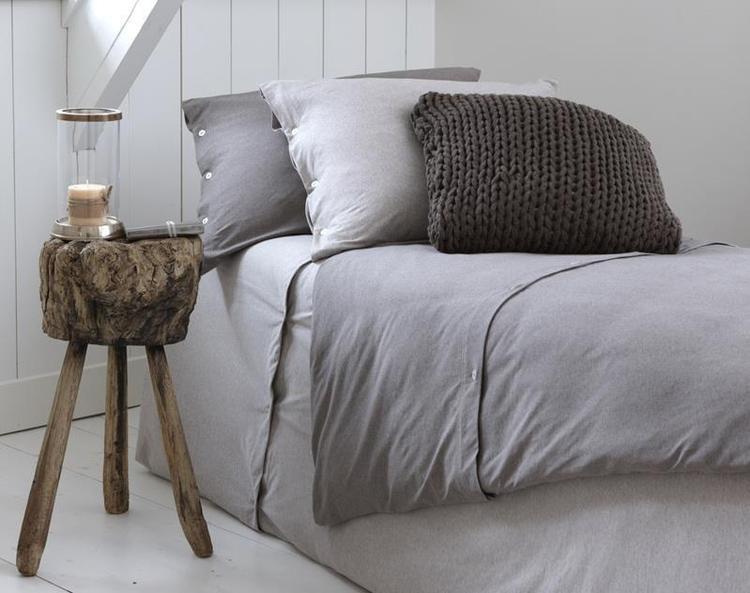 Knusse slaapkamer met hout en gebreide kussens. Foto geplaatst door ...