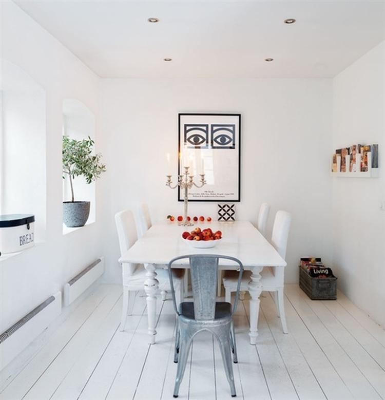 Moderne witte eetkamer met gekleurde accessoires. Deze hele kamer is ...