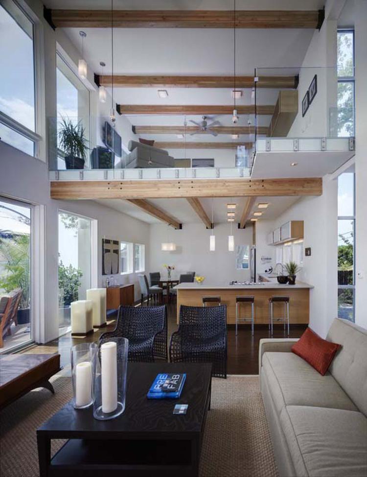 Ruimtelijke woonkamer. Dankzij de hoge plafond en de enorme ramen ...