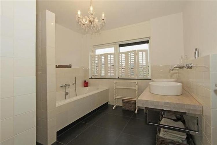 Prachtige lichte badkamer met kroonluchter! De luikjes maken het ...