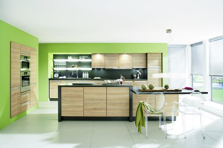 Frisse groene keuken met houten kasten. door het verlaagde deel ...