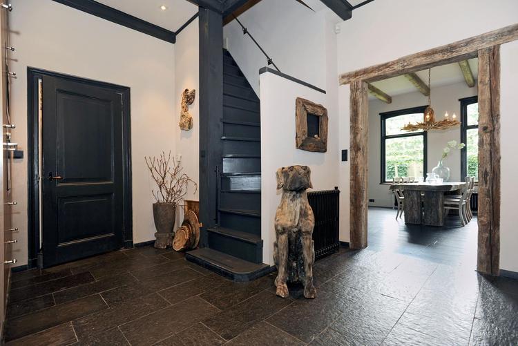 Mooie hal stijlvolle zwarte deur en gaaf kozijn van stoer hout