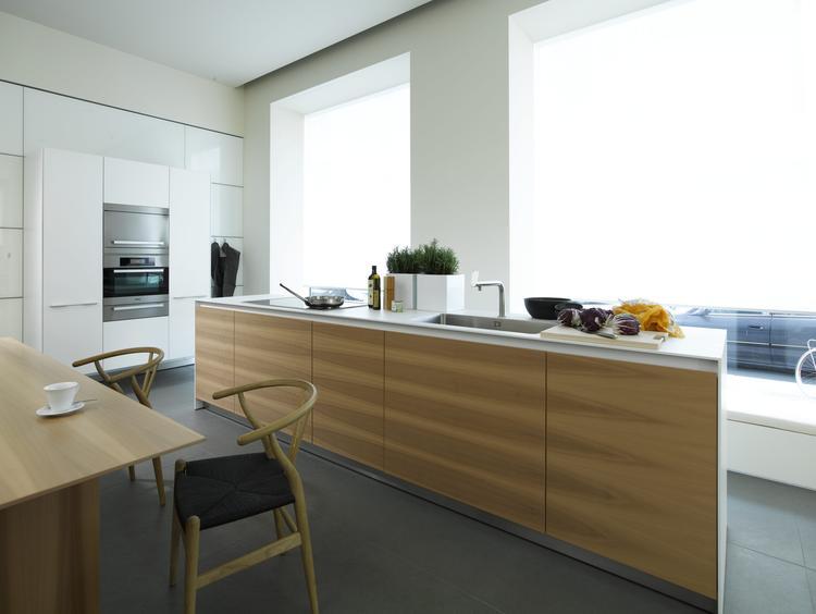 Design keuken met wit en hout. deze moderne keuken bestaat uit ...