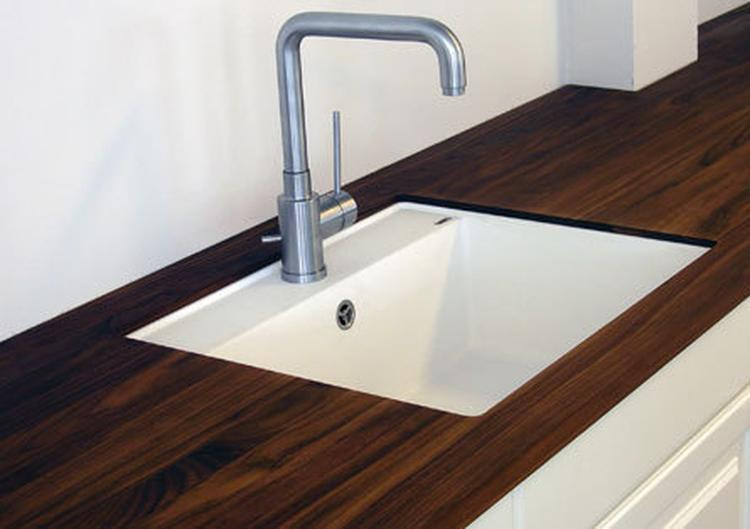 Houten werkblad met witte keuken, mooie spoelbak. foto geplaatst ...