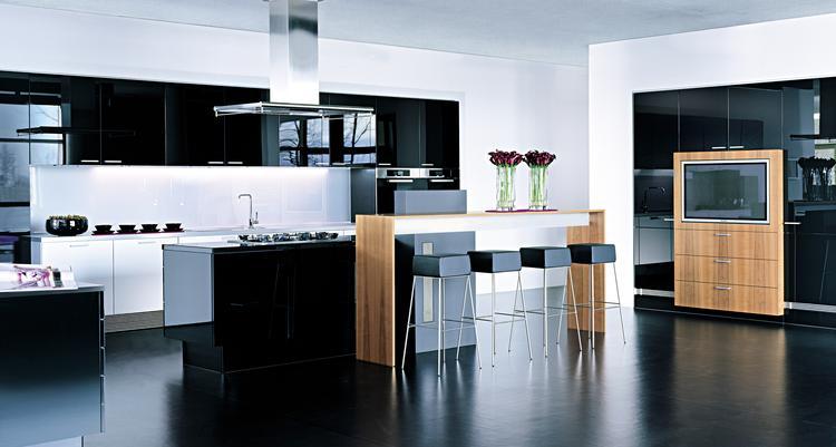 Moderne keuken in hoogglans zwart. doordat de keuken is uitgevoerd