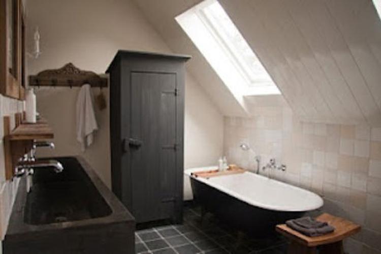 Nostalgische badkamer met losstaand bad . Foto geplaatst door ...