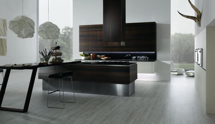 Moderne keuken in hout met brug als eettafel. deze moderne keuken