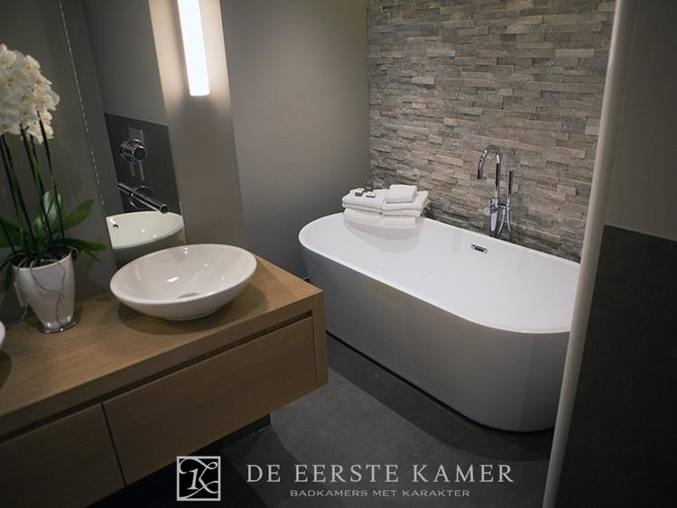 De eerste kamer een stijlvolle badkamer met een sfeervolle