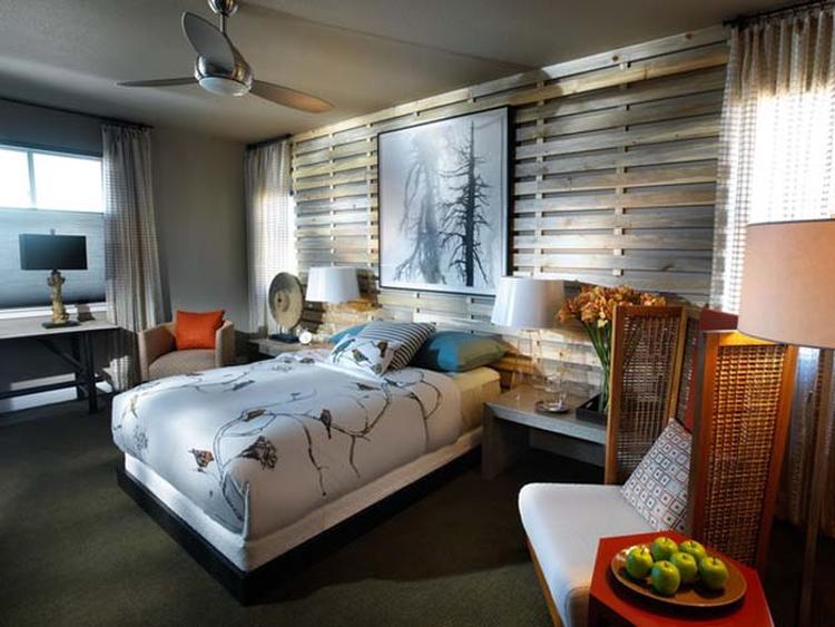 slaapkamer met houten muur deze slaapkamer heeft een fijne natuurlijke sfeer de houten muur achter het bed zorgt voor rust de ventilator op het plafond