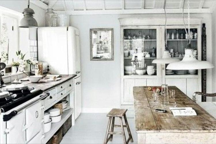 Oude houten tafel in keuken gezellig foto geplaatst door