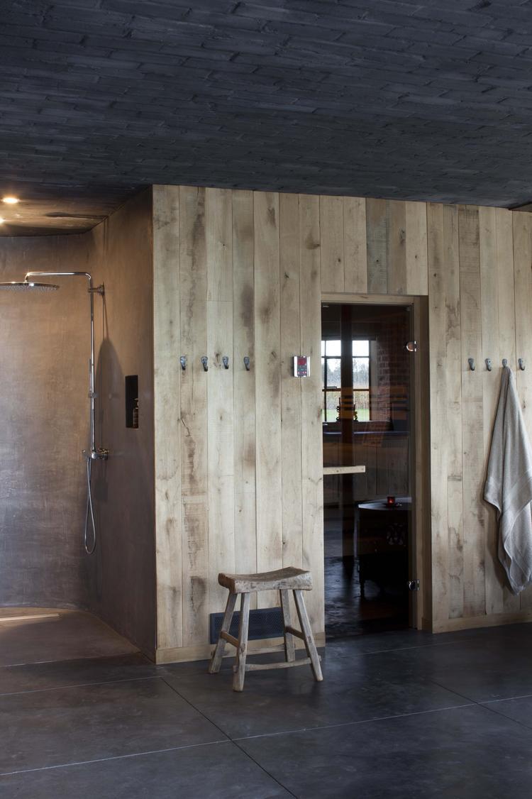 project van dirk cousaert wand in ruwe eiken planken toegang tot