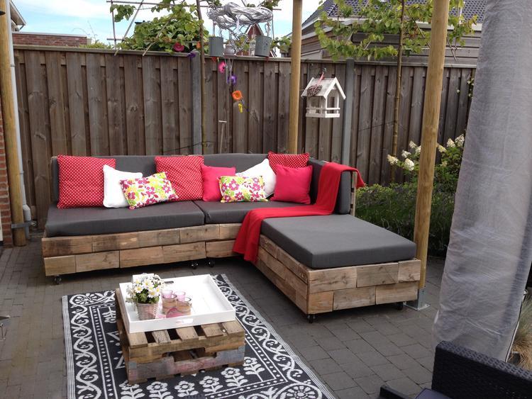 Kussens Pallet Bank : Maak zelf een loungebank van pallets voor in de tuin van jullie