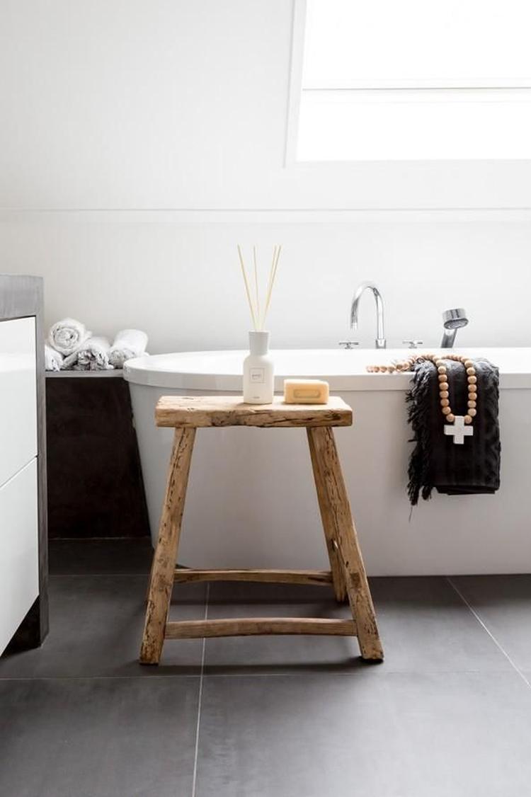 Prachtige badkamer met een natuurlijk effect door het houten krukje ...