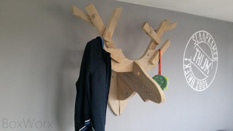 Gaaf hertenkop kapstok voor de slaapkamer van een stoere jongen