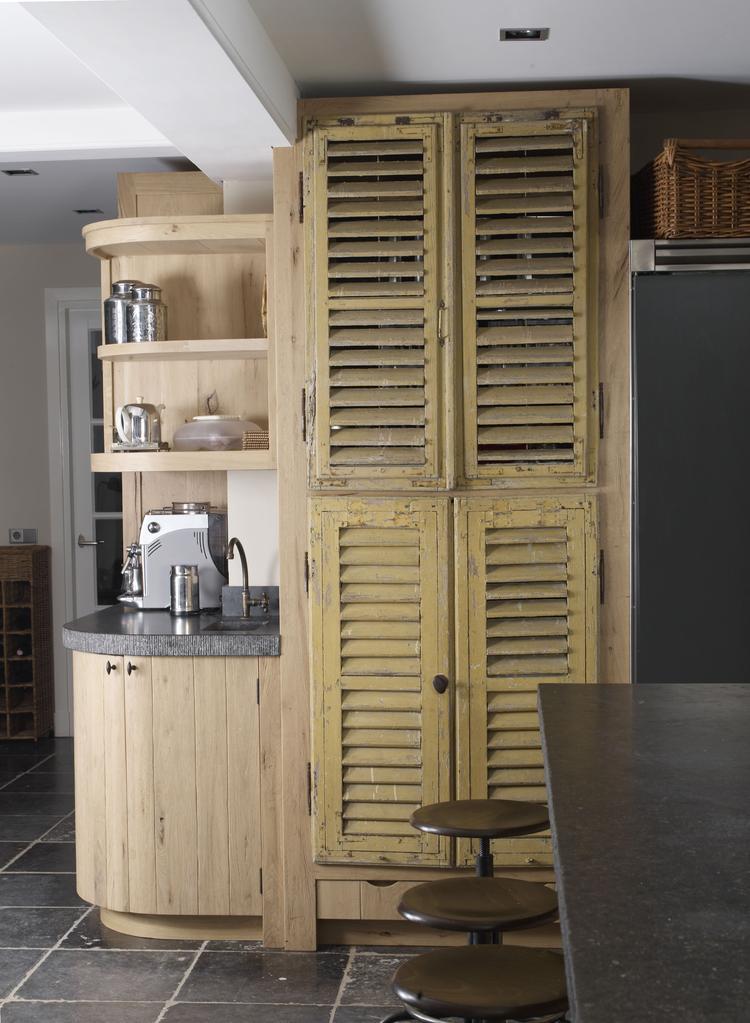 keuken met massief eiken kasten met oude luiken project van DIRK ...