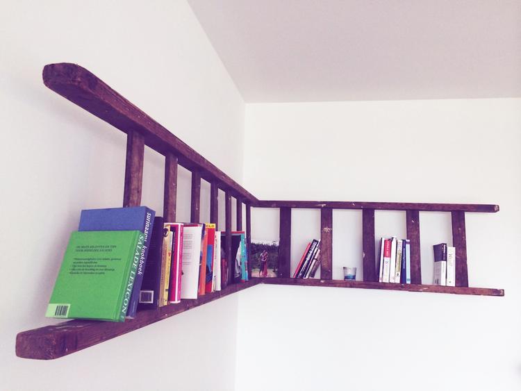 oude ladder aan de muur te gebruiken als boekenkast of om kaarsjes enof