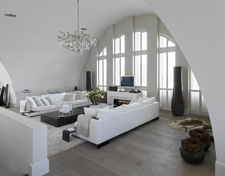 Lichte woonkamer met getoogde shutters. Wat een prachtige ruime en ...