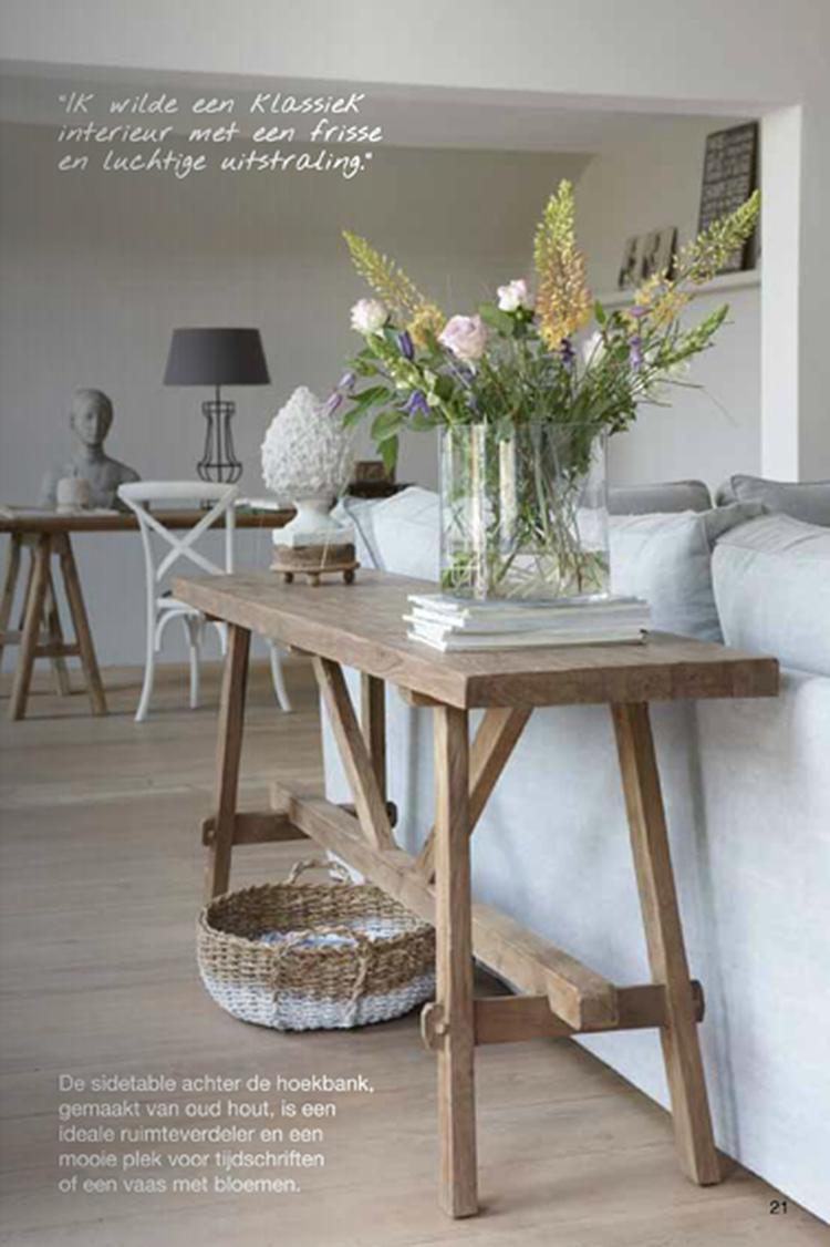 Mooie Side Table.Mooie Houten Side Table Voor Achter De Bank Foto