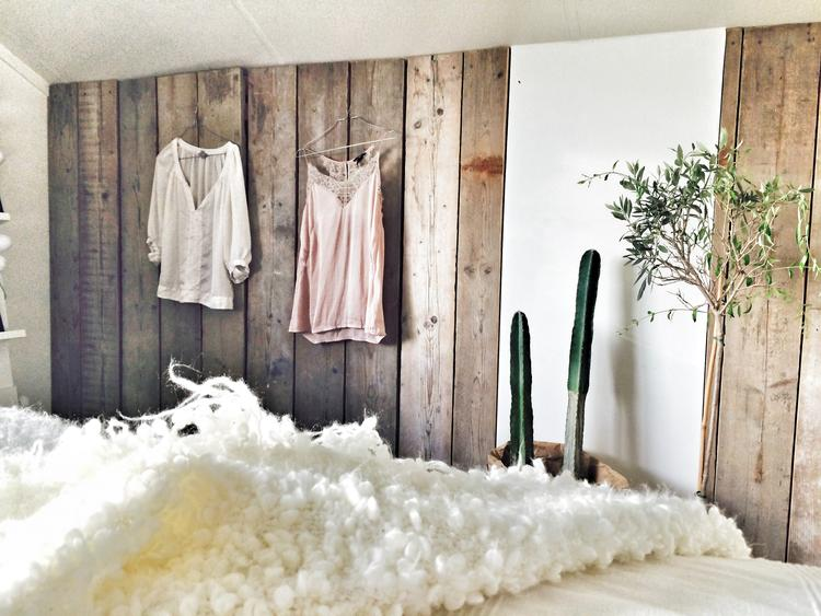 wand in de slaapkamer van planken oud steigerhout. Foto geplaatst ...