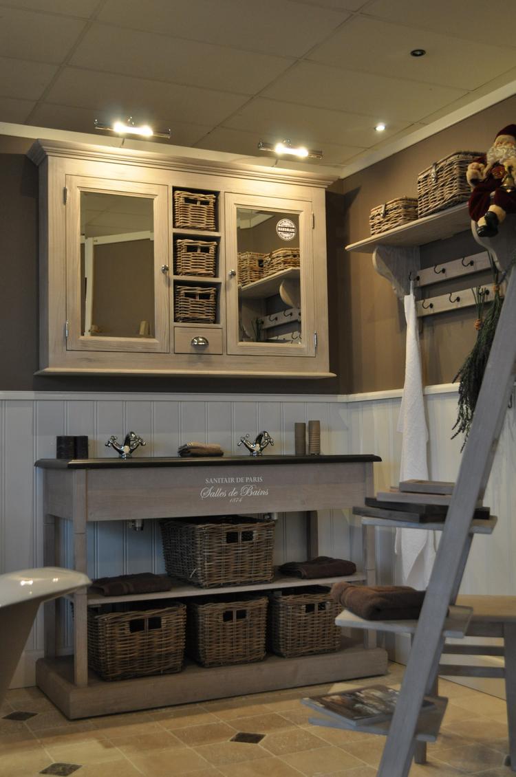 Landelijk badkamer meubel met romantische uitstraling. wanden ...