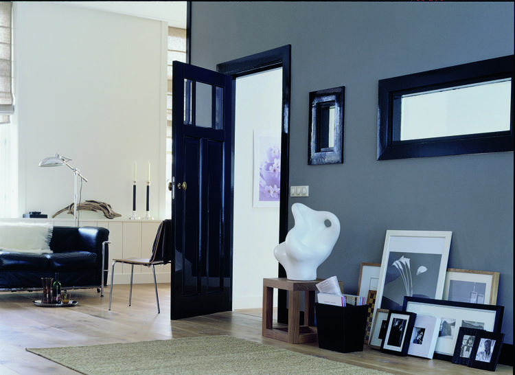 Donkere deur in woonkamer doordat de kleur van de deur donker is