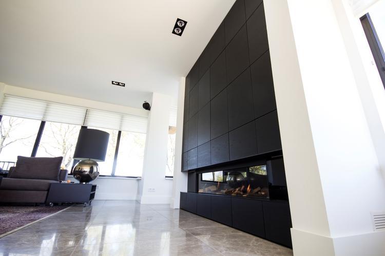 TV achterwand met houten panelen en gashaard. Gemaakt door Geert ...