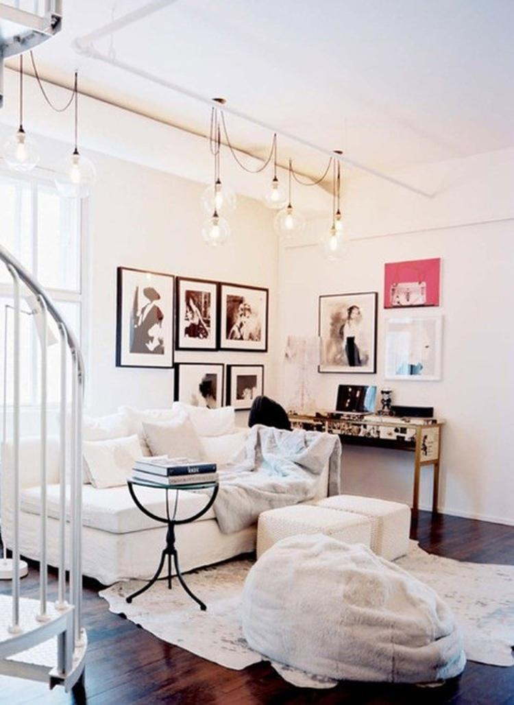 Super gezellige woonkamer. Zachte kleedjes, werkplek en een leuk ...