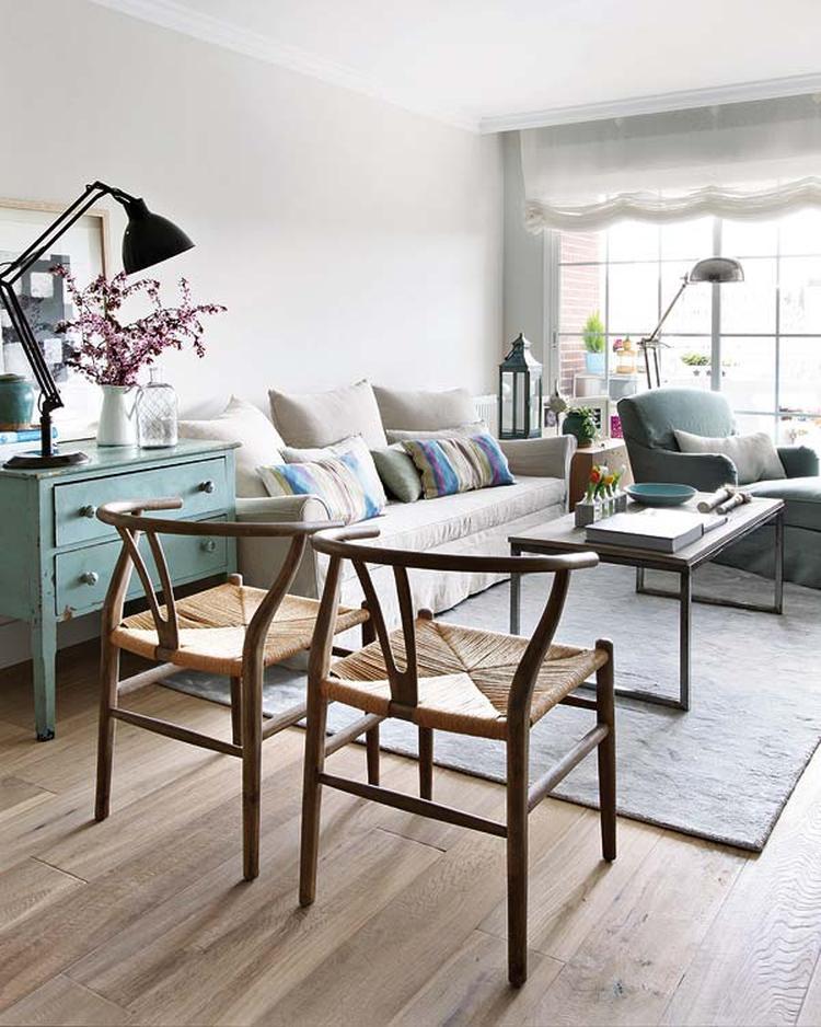 Lichte woonkamer met Scandinavische kleuren. Wat een mooie kleuren ...