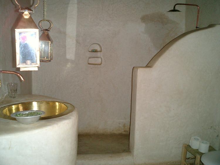 Glimmend glanzend tadelakt in de badkamer hammam style.. Foto ...