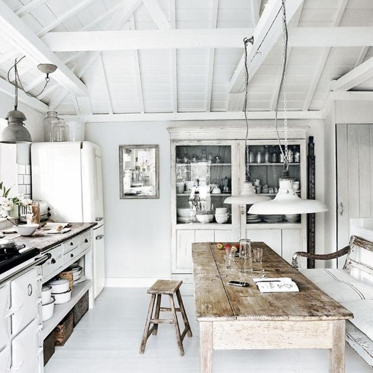 Lichte landelijke keuken met industriële invloeden en veel wit ...