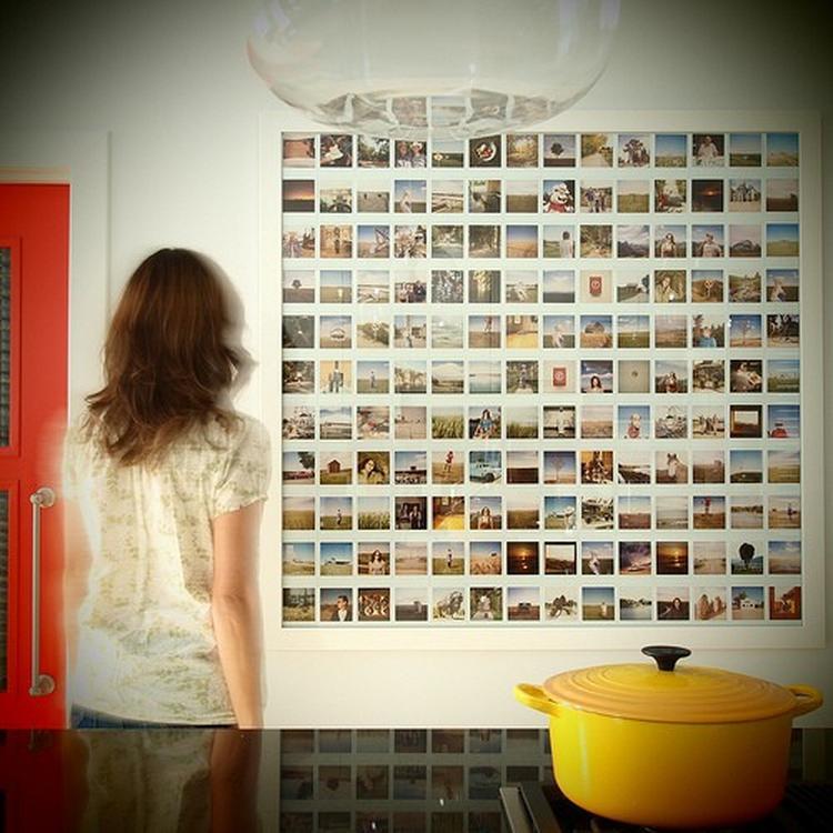 1da00393a69a1a Polaroids op de muur. In plaats van lijsten met foto s kun je er natuurlijk  ook voor ...