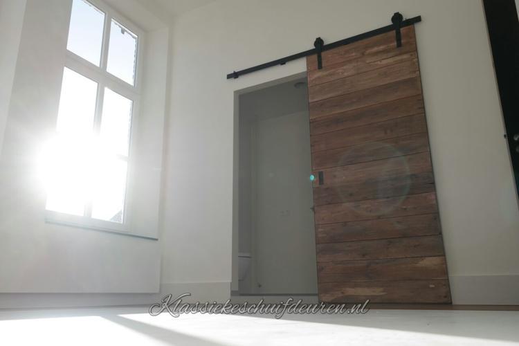 Stoere schuifdeur geleverd voor een badkamer en-suite ...